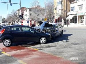Тежка катастрофа в центъра на Пловдив! Откараха мъж в болница, жена и дете също пострадаха