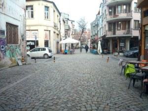 В капана на Капана: Шофьори безпроблемно навлизат в пешеходните алеи в арт-квартала