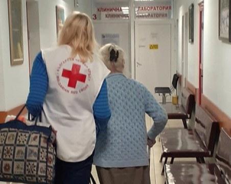 Тъжно: Възрастни хора стоят в болници, въпреки че са изписани