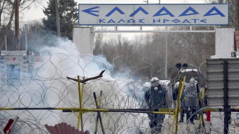 Гръцката гранична полиция спира мигранти със сълзотворен газ и шокови гранати