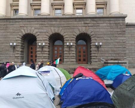 Медсестри обявиха гражданско неподчинение, барикадираха се в бившия партиен дом в София