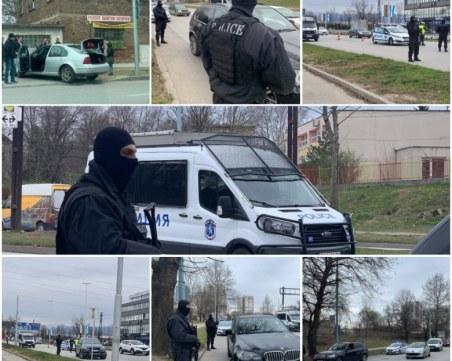Полицаи с автомати блокираха изходите на града, спират джипове и лимузини