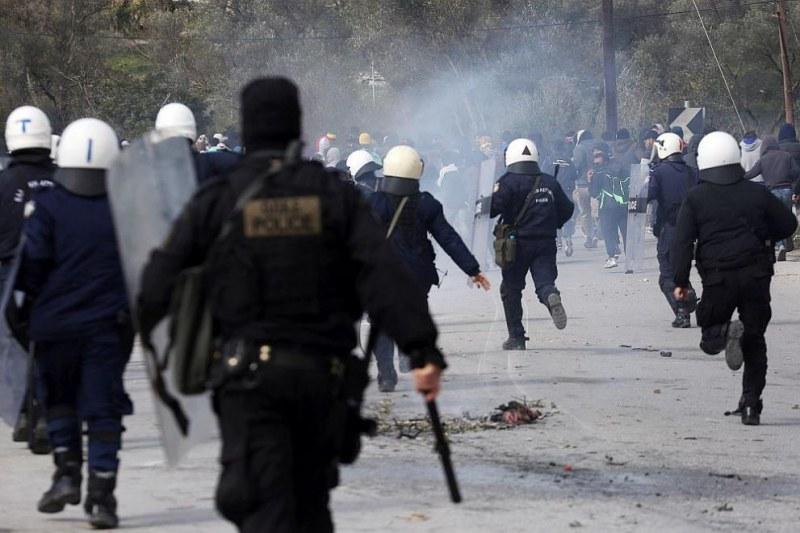 """Хиляди мигранти са блокирани в """"ничия земя"""" между Гърция и Турция"""