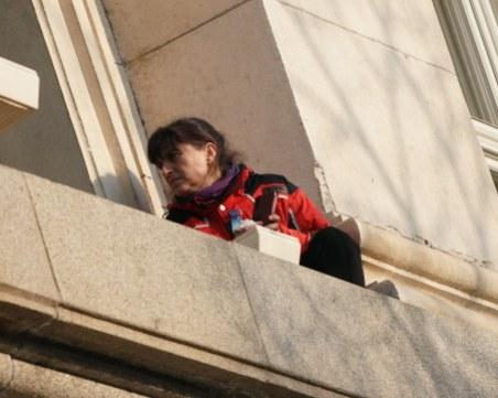 Медицинската сестра, която излезе на перваза на партийния дом: НСО ни блъскаха и биеха