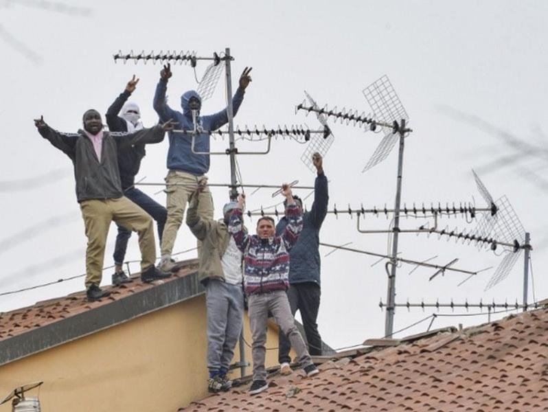 Масови бунтове в затворите в Италия, има загинали