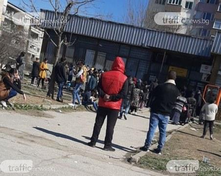 Без контрол! Ромите в Столипиново окупираха пощата, тъпчат се заради помощи