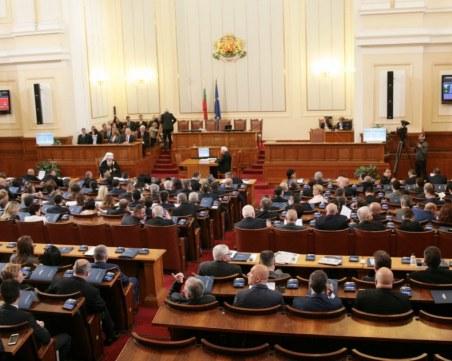 Депутатите от БСП напуснаха пленарната зала, съвещават за мерките срещу COVID-19