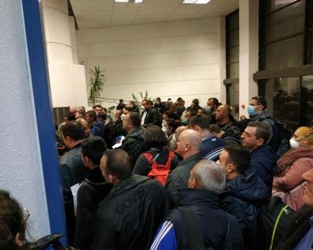Така се придвижват пътници от рискови държави на летище София