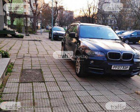 """Бай Ганьо се прибра от """"чужбината"""", английски БМВ-та налазиха тротоарите в Смирненски"""