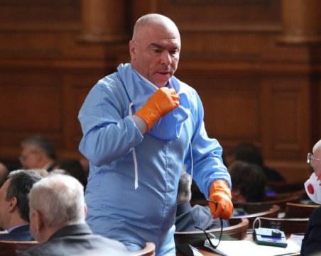 Скандал в парламента! Марешки влезе в залата със защитен костюм