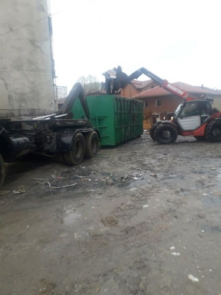И днес: Над 50 тона боклук изринаха от междублоково пространство в  Столипиново