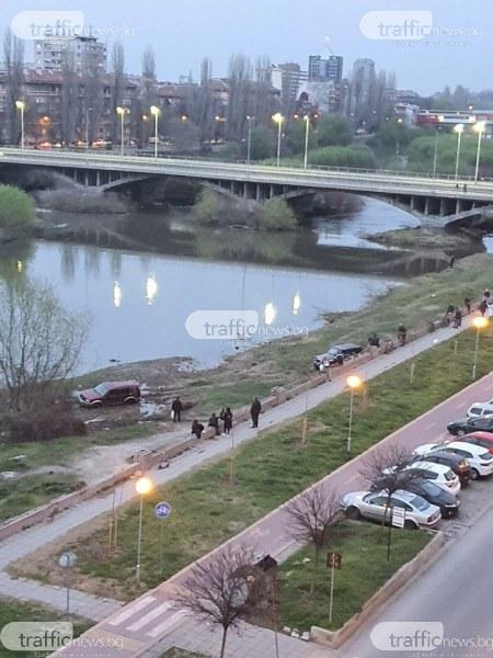 Алеите край Марица се напълниха с хора, джип затъна край реката