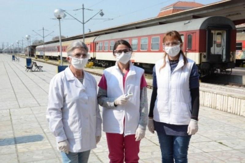 На първа линия: Медсестри от детските градини посрещат пътници на гарата