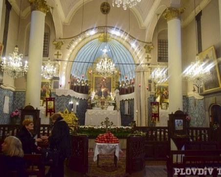 Щабът и Църквата се разбраха: Службите - онлайн, свещеници следят за контрола в храмовете