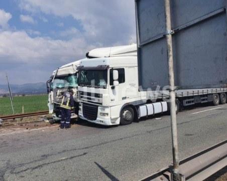Тежка катастрофа с два ТИР-а край София, има загинал човек