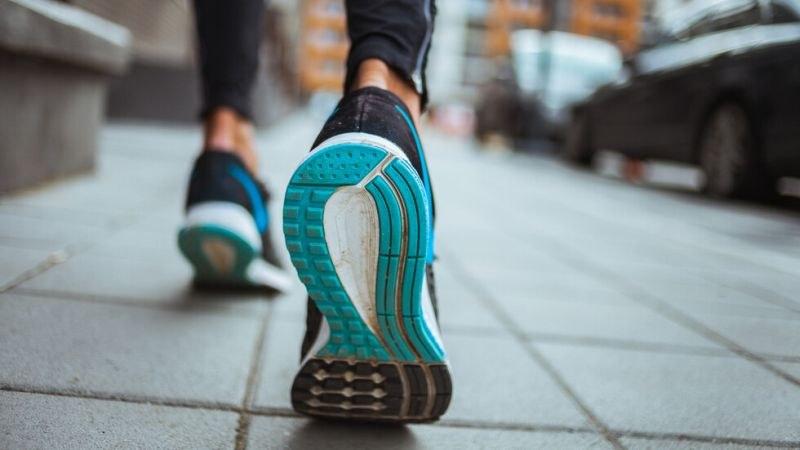 Експерти: COVID-19 може да оцелее върху обувки 5 дни