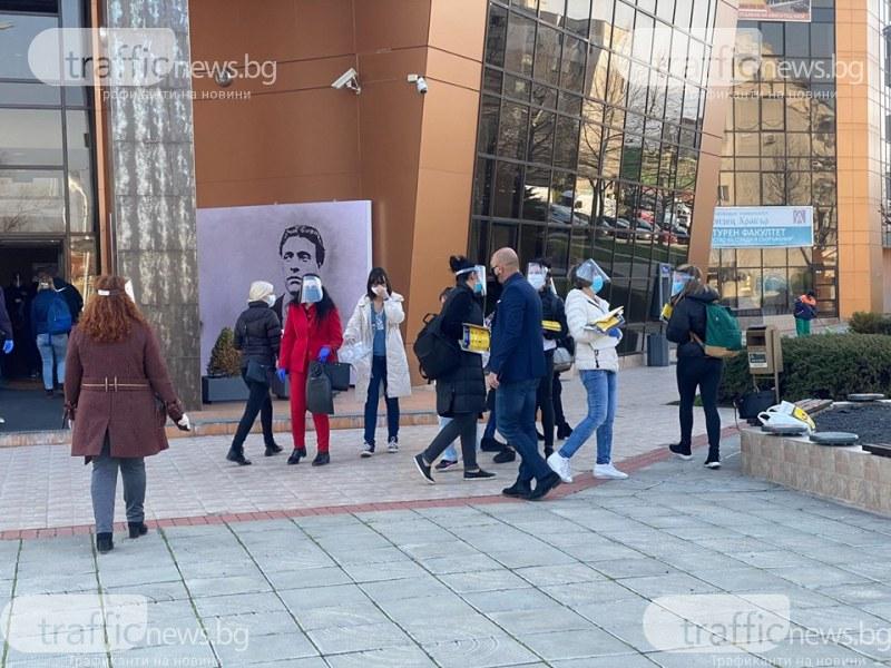 Кметът на Тракия и 30 служители тръгнаха на обиколка – раздават дезинфектанти и брошури