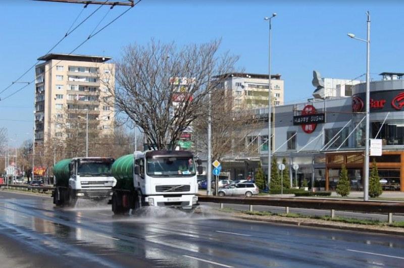 Продължава миенето на улици с дезинфектант в Пловдив