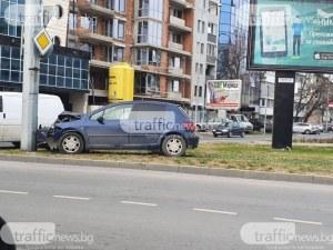 Кола се заби в стълб на Коматевско шосе