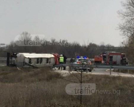Шофьорът на обърнатата цистерна край Карлово е в болница