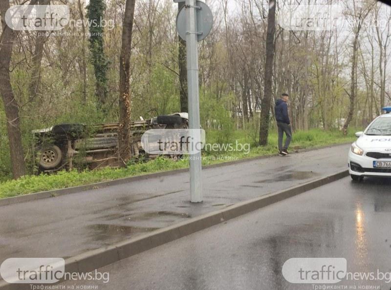 Кола се заби и се обърна в парк