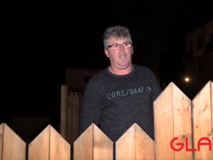 Българин пази семейството си, като не се прибира в дома си