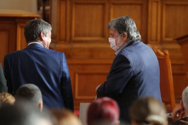 Двама депутати със съмнения за коронавирус