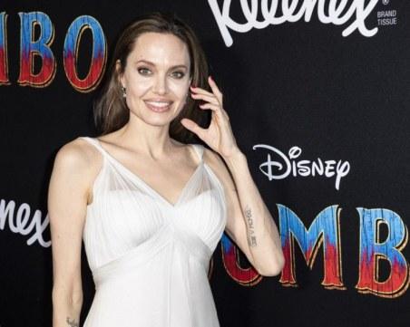 Анджелина Джоли образова деца относно коронавируса
