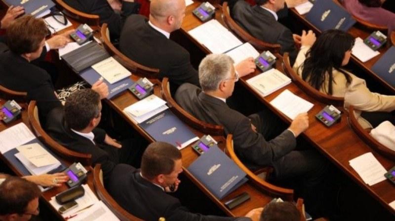 Категорично: Парламентът няма да минава под карантина
