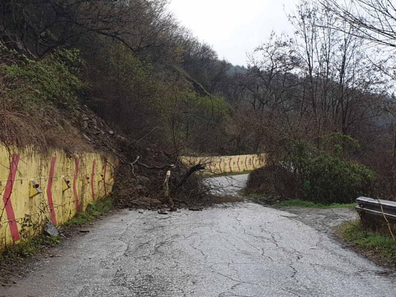 Свлачище затвори пътя за Асенова крепост