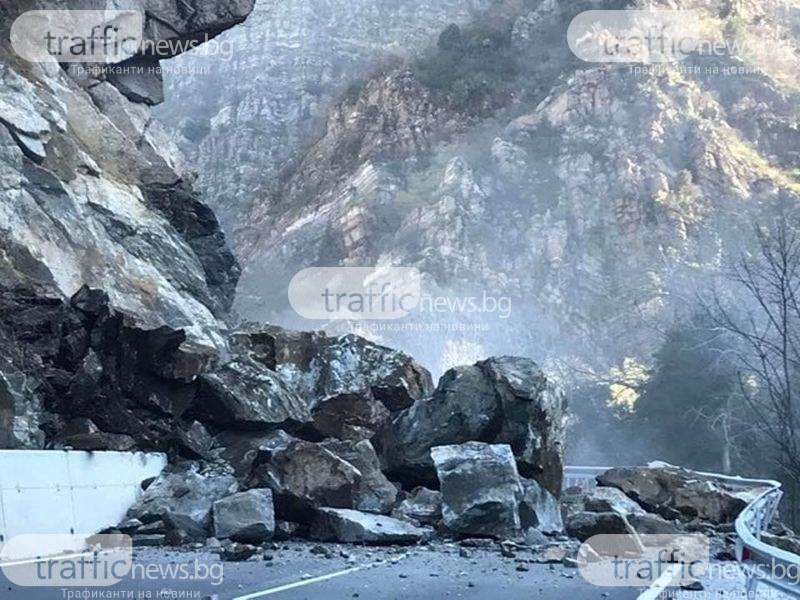 Пълна блокада на пътя Кричим-Девин! Шофьори и жители питат докога?