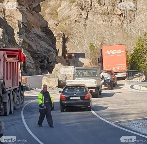 Пътят Кричим - Девин все още е блокиран, тонове скална маса са на асфалта