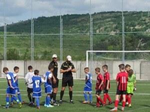 Доброволци изграждат игрище по мини футбол в асеновградско село