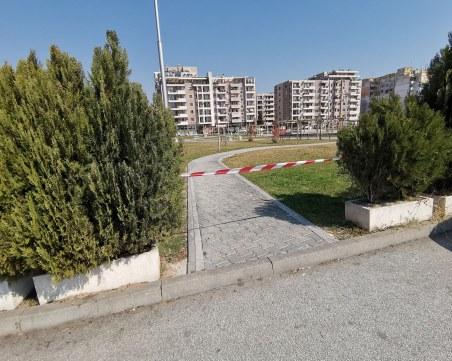 Пълен абсурд! Пловдивчани късат ограничителните ленти за площадки и паркове