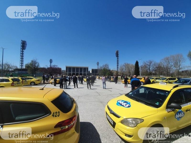 Таксиметровите шофьори в Пловдив: Няма клиенти, оборотът падна до 20 лева на ден!