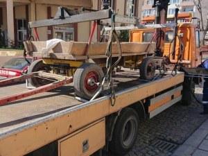 Паяк вдигна каруца, натоварена с автомобилни гуми