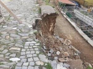 Дъжд от сигнали заради пропадналата улица край Пловдив