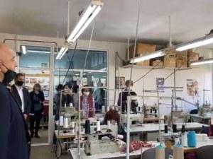 Бойко Борисов посети цех за шиене на маски в Хасково,одобрени от Бундестага