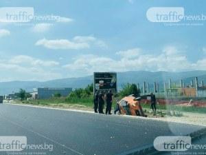 Кола се преобърна край Пловдив, двама са пострадали
