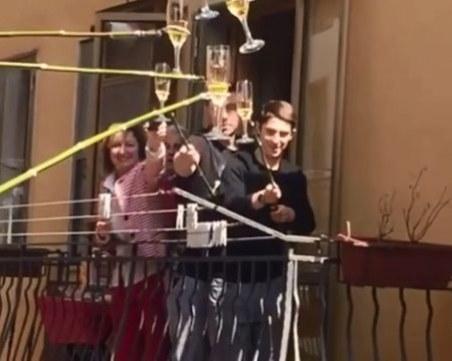 Наздраве от разстояние: Италиански съседи се забавляват заедно от балконите