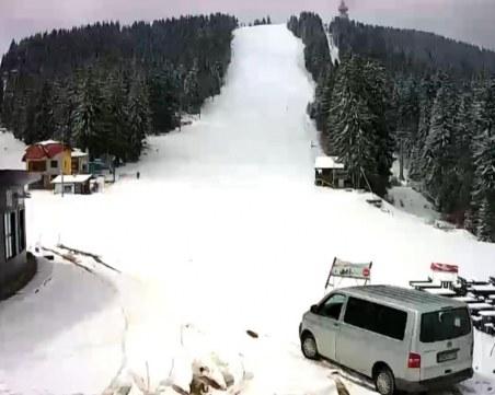 Сняг натрупа в Пампорово