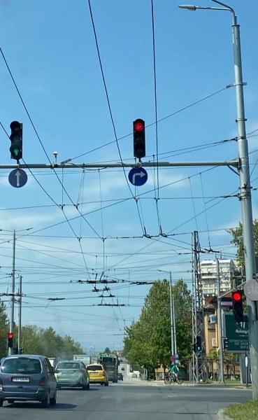 Пловдивчани питат: Защо секциите за направо и надясно на светофара на Макдоналдс светят различно