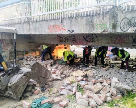 Два камиона отпадъци извозиха изпод Пешеходния мост