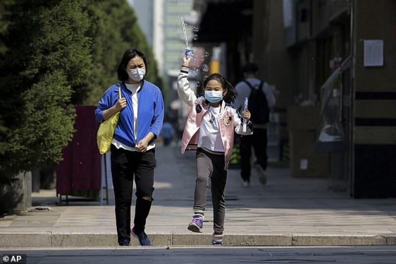 Децата се заразяват и предават вируса не по-малко от възрастните