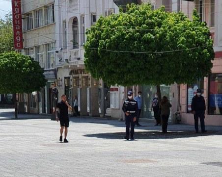 Пловдивчанин пита: На празната Главна пълно с общинска полиция, в кварталите - ядат и пият