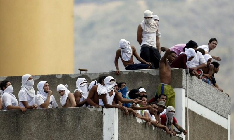 40 загинали и 50 ранени, включително надзирател, след бунт във венецуелския затвор