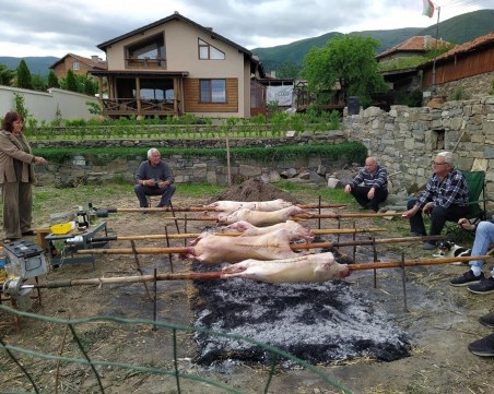 Майстори на чевермето в Паталеница отново пекоха агнета, но този път по дворовете