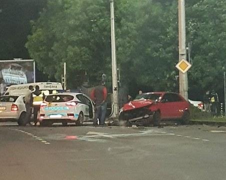 Две коли се помляха на кръговото на Панаира, мъж е в болница