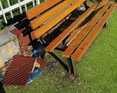 Тийнейджъри се събират тайно в детска градина край Пловдив, изпотрошиха пейките