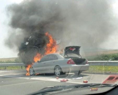 """Кола пламна на АМ """"Тракия"""" – редица пожарогасители не помогнаха"""